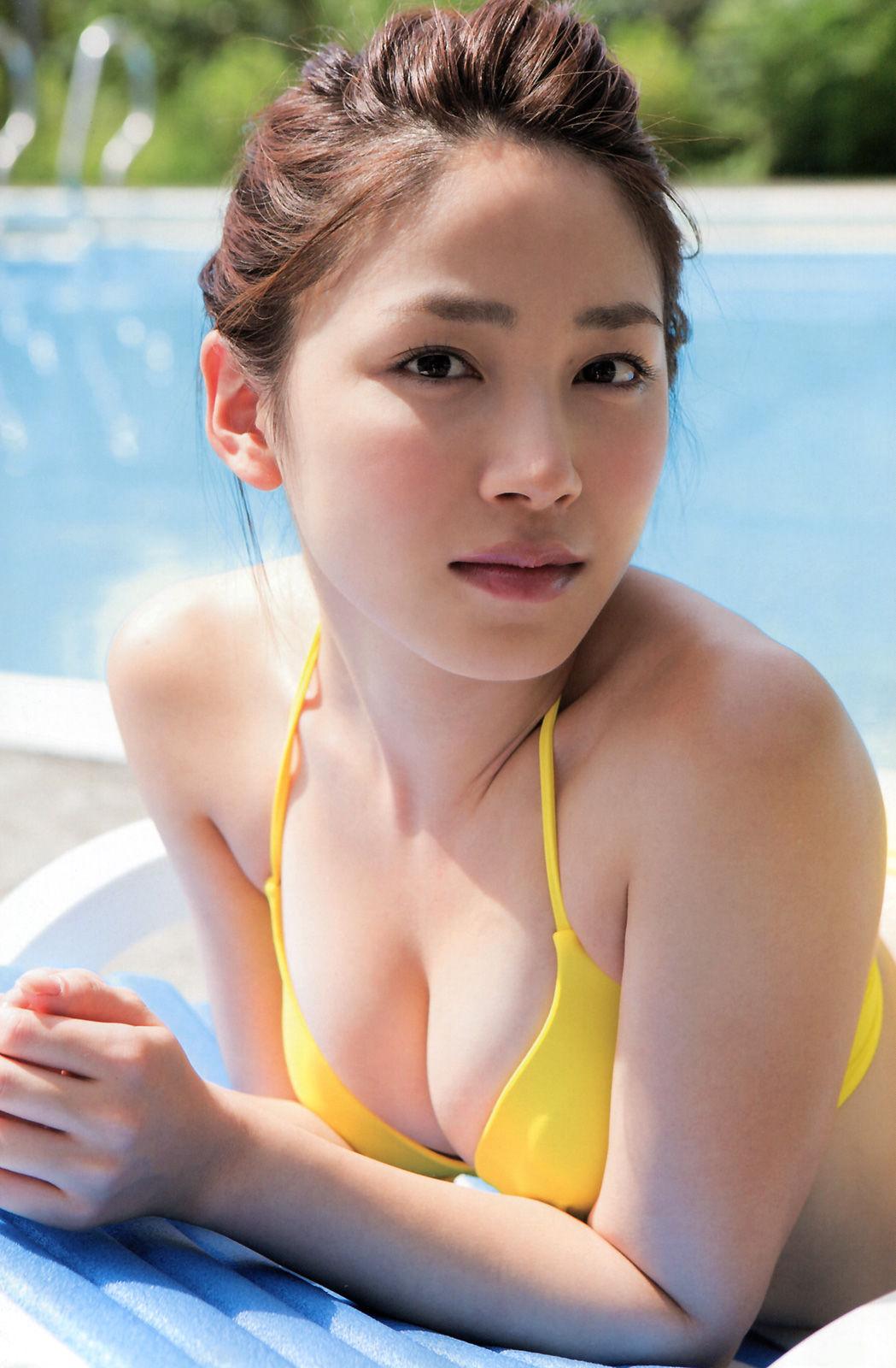 吉川友のムチムチでエロ過ぎる身体のエロ画像5