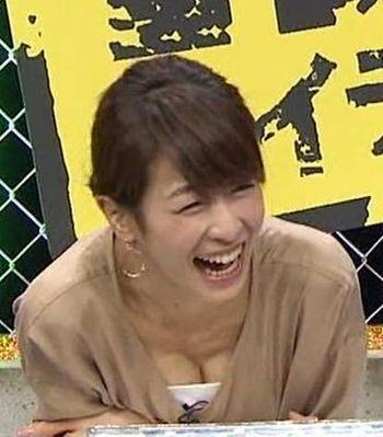 カトパン・加藤綾子アナの胸チラおっぱいエロGIF画像2