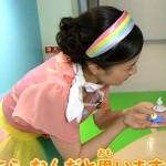 ねんドル岡田ひとみさんが子供目線に屈んでブラチラ胸チラ連発wwwwww