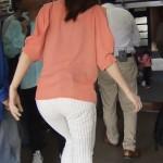 MBS豊崎由里絵アナのお尻に食い込むパン線と白いピタパンw撫で回したいケツのエロキャプ画像