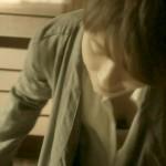 思っきり見えてる水野美紀さんの胸チラおっぱいにドキドキした「逃げる女」キャプ画像