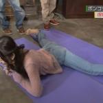 鈴木愛理ちゃんのパックリお股とジーンズが食い込んでωの形くっきりなお尻ww