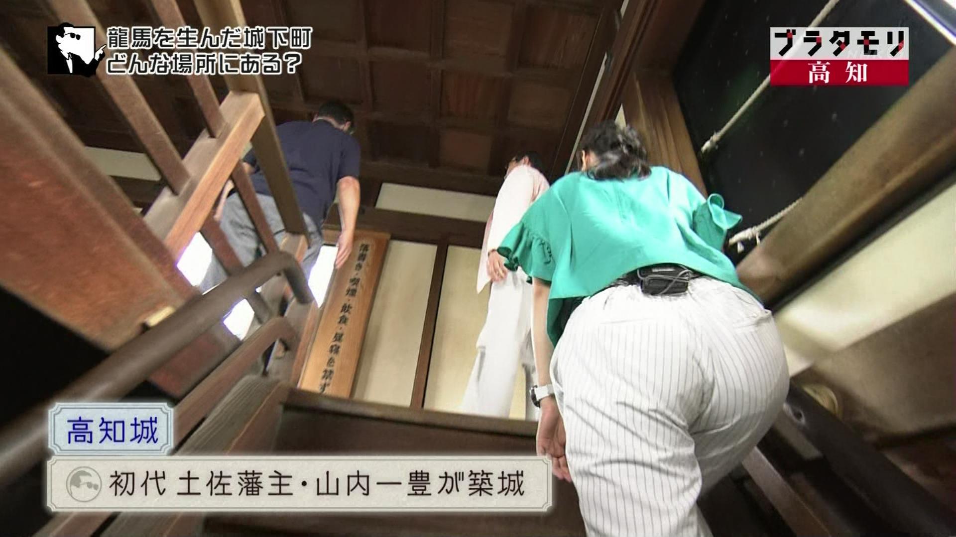 (お宝写真)近江友里恵さんの階段お尻。この角度はかなりのパンチ力。ブラタモリえろガン見キャプ写真
