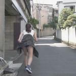 ちらっと見えてるめっちゃ破れてるタイプのショートパンツお尻w桃香さんの全力坂エロ目線キャプ画像