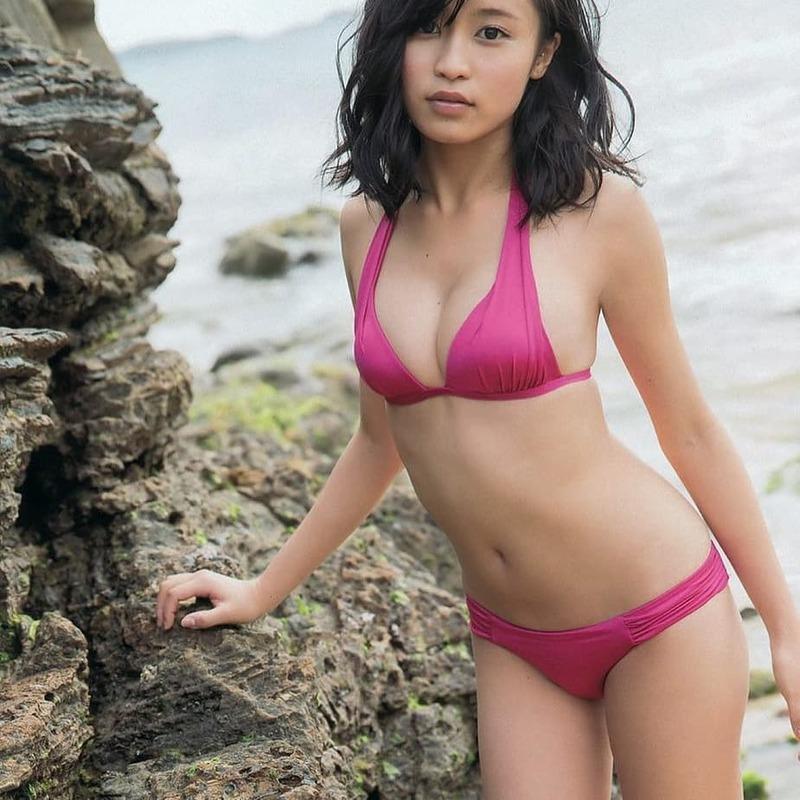 小島瑠璃子さんのおっぱいやカラダがエロすぎるグラビア画像-031