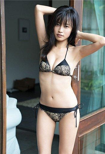 小島瑠璃子さんのおっぱいやカラダがエロすぎるグラビア画像-014