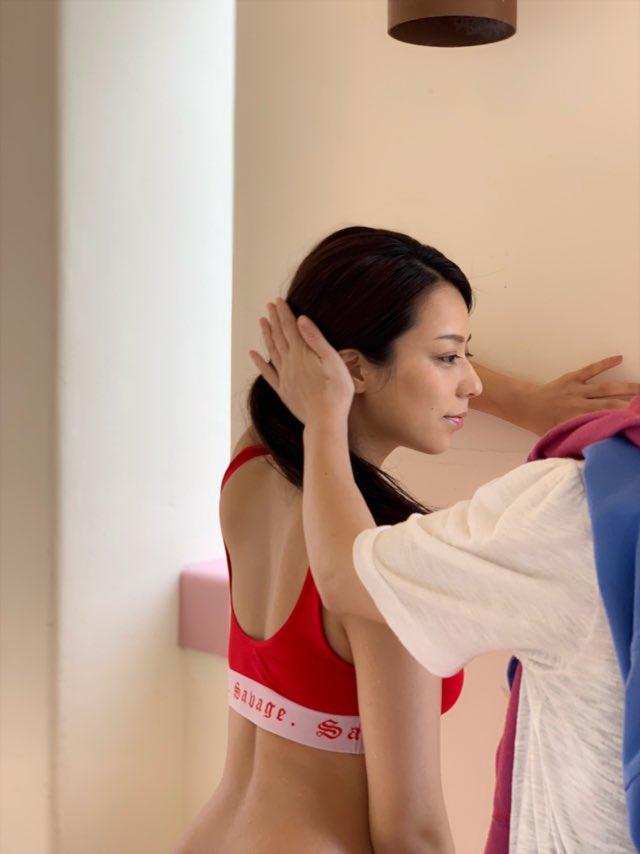 ショートカットにしてムチムチボディを披露した小瀬田麻由さんのセクシー画像-092