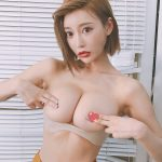 【画像】明日花キララさん、胸の下の肛門のようなものを指摘するツイートの一発レッドの非情判定?