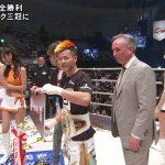 【画像】チャンピオンになった那須川天心選手の後ろのノーパン風味なお尻がエッチなRIZINガール?