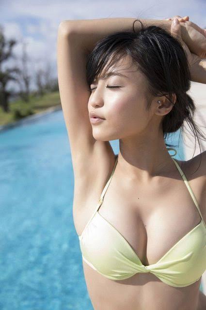 小島瑠璃子さんの最新グラビア水着画像-037
