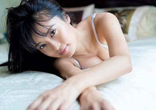 小島瑠璃子さんの最新グラビア水着画像-033