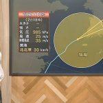 【画像】NHK「ニュースウオッチ9」の女子アナ・桑子真帆さん、テカテカでツンツンな横からおっぱいがエロ∃???